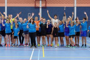 Spetterende wedstrijd topspelers tijdens badmintonclinic